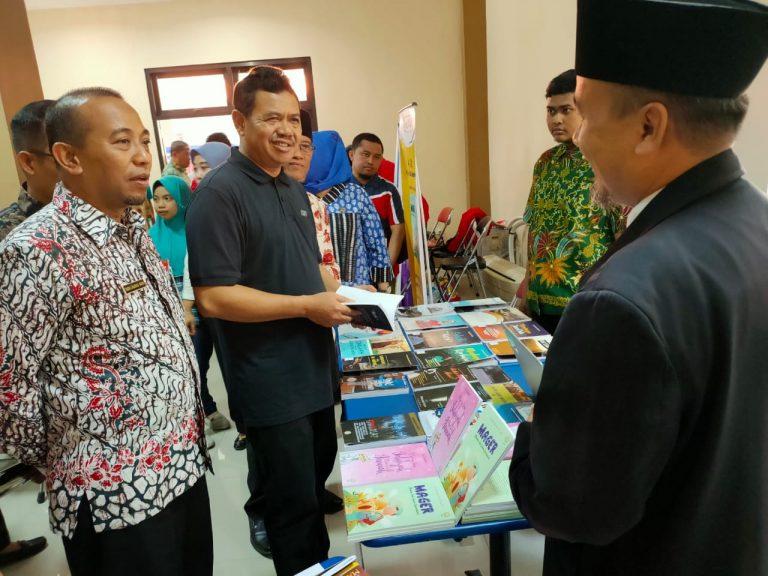 Wabup Mojokerto H. Pungkasiadi kunjungi stan pameran buku karya santri eLKISI