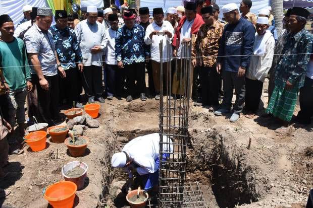 Bupati Najmul Meletakkan Batu Pertama Pembangunan Masjid Ponpes IC eLKISI